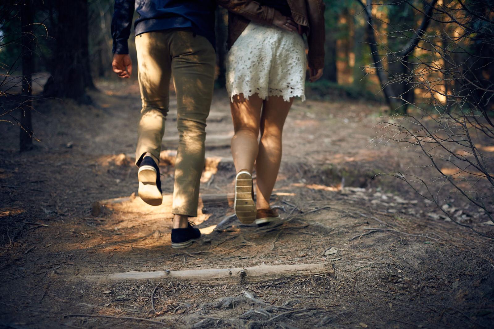 sesion de enamorados, fotos de pareja, preboda en el bosque de sequoyas de cabezon, paseo entre arboles gigantes bosque, love session
